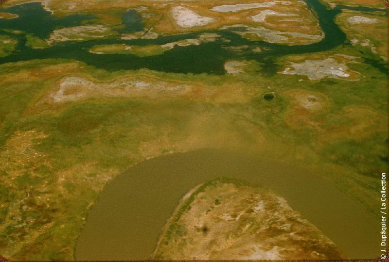 Photographie (résolution écran) : Fonds photographique Jacques Dupâquier — Voyage en URSS en 1956 — Ouzbekistan : «Voyage en  vers Tachkent-Le fleuve Syr Daria au milieu de ses marécages»