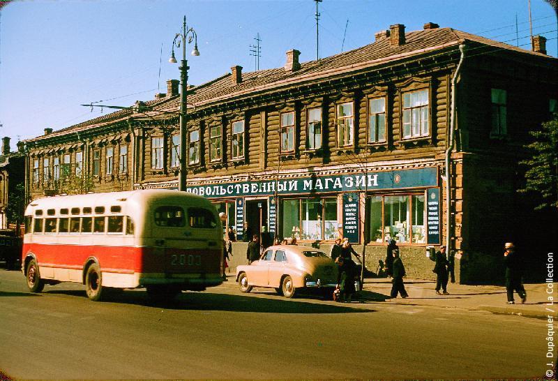 Photographie (résolution écran) : Fonds photographique Jacques Dupâquier — Voyage en URSS en 1956 — Moscou : «Magasin sur la route de Toula à Moscou»