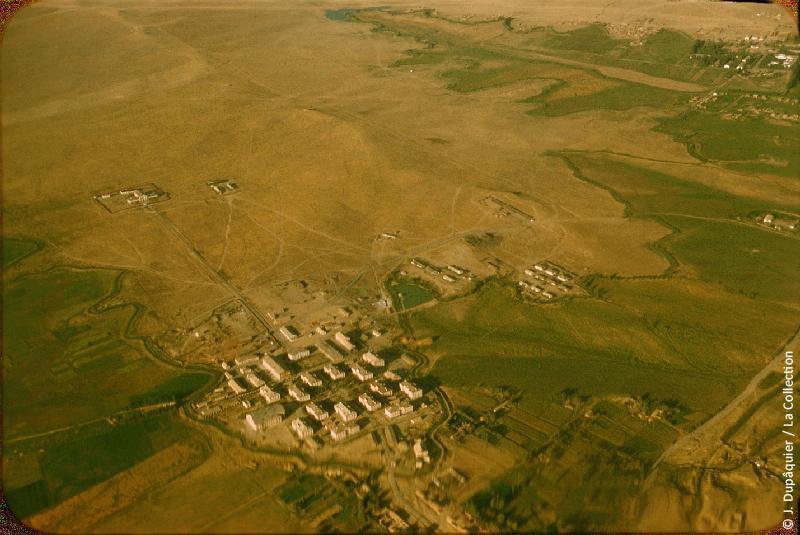 Photographie (résolution écran) : Fonds photographique Jacques Dupâquier — Voyage en URSS en 1956 — Ouzbekistan : «Voyage en avion vers Tachkent-Au bord du désert (camp de concentration?)»