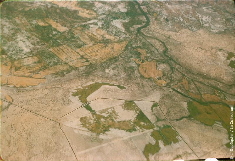 Photographie (résolution écran) : Fonds photographique Jacques Dupâquier — Voyage en URSS en 1956 — Ouzbekistan : «Voyage en avion vers Tachkent-L'arrivée sur Tachkent-Vue aérienne de l'Ouzbékistan»