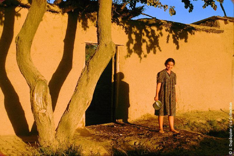 Photographie (résolution écran) : Fonds photographique Jacques Dupâquier — Voyage en URSS en 1956 — Ouzbekistan : «Maison prés de Tachkent-Une paysanne»