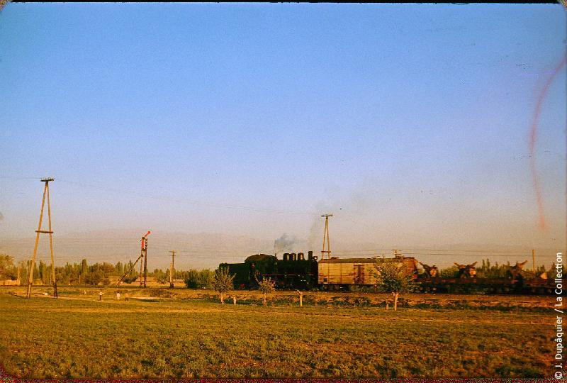 Photographie (résolution écran) : Fonds photographique Jacques Dupâquier — Voyage en URSS en 1956 — Ouzbekistan : «Train près de Tachkent»