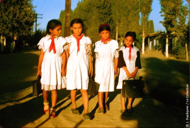Photographie (résolution écran) : Fonds photographique Jacques Dupâquier — Voyage en URSS en 1956 — Ouzbekistan : «Ecolières turcomanes près de Tachkent»