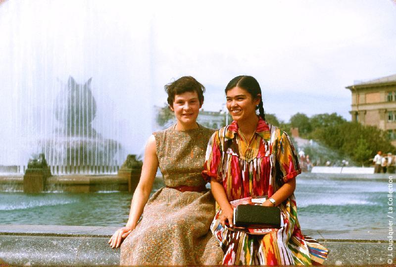 Photographie (résolution écran) : Fonds photographique Jacques Dupâquier — Voyage en URSS en 1956 — Ouzbekistan : «Lucile et la belle ouzbek»