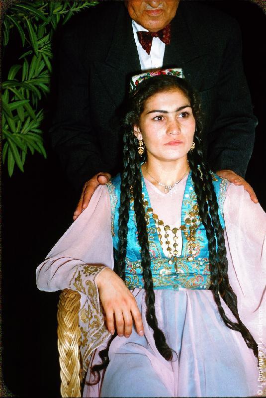 Photographie (résolution écran) : Fonds photographique Jacques Dupâquier — Voyage en URSS en 1956 — Ouzbekistan : «Une danseuse ouzbek»