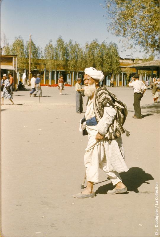 Photographie (résolution écran) : Fonds photographique Jacques Dupâquier — Voyage en URSS en 1956 — Ouzbekistan : «Tachkent-Vieux berger au marché»