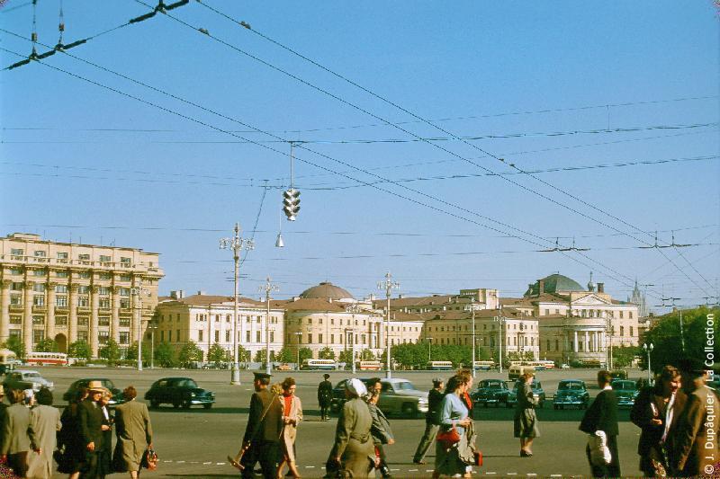 Photographie (résolution écran) : Fonds photographique Jacques Dupâquier — Voyage en URSS en 1956 — Moscou : «Moscou-Place de la Révolution»