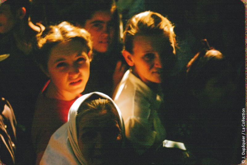 Photographie (résolution écran) : Fonds photographique Jacques Dupâquier — Voyage en URSS en 1956 — Ouzbekistan : «Tachkent-Enfants devant le car»