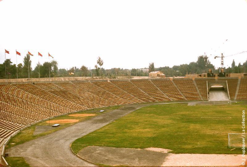 Photographie (résolution écran) : Fonds photographique Jacques Dupâquier — Voyage en URSS en 1956 — Ouzbekistan : «Tachkent-Le stade»