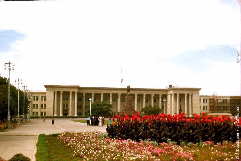 Photographie (résolution écran) : Fonds photographique Jacques Dupâquier — Voyage en URSS en 1956 — Ouzbekistan : «Tachkent-Le palais du gouvernement»