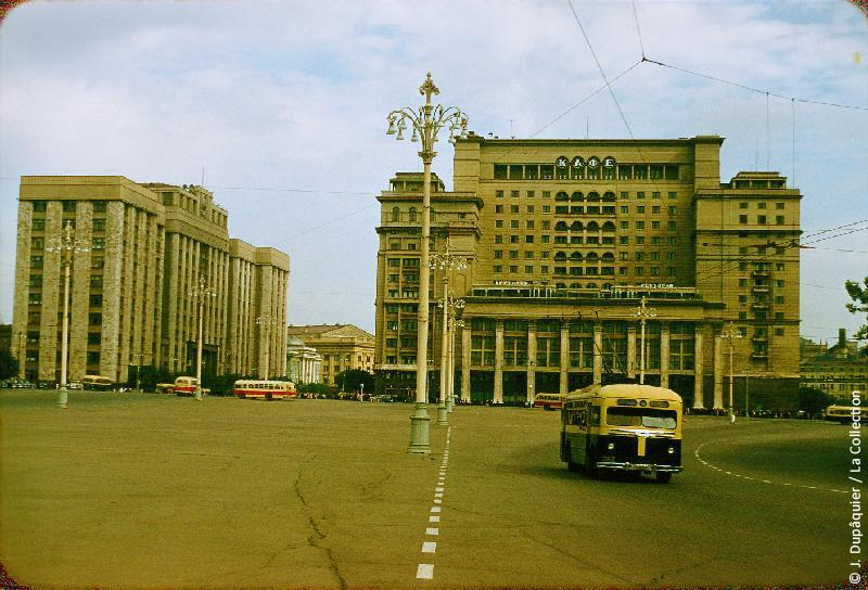 Photographie (résolution écran) : Fonds photographique Jacques Dupâquier — Voyage en URSS en 1956 — Moscou : «Moscou-Place de la Révolution et Hôtel Moscou»