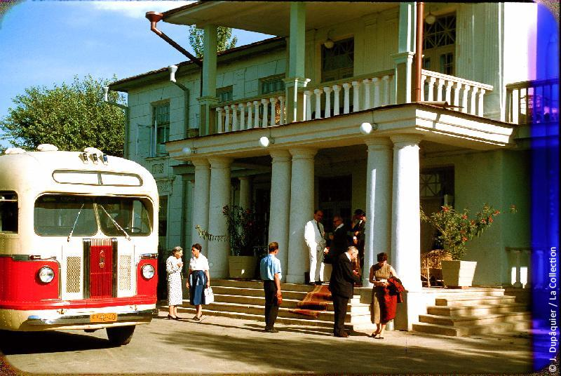 Photographie (résolution écran) : Fonds photographique Jacques Dupâquier — Voyage en URSS en 1956 — Ouzbekistan : «Tachkent-La datcha du gouvernement d'Ouzbékistan»