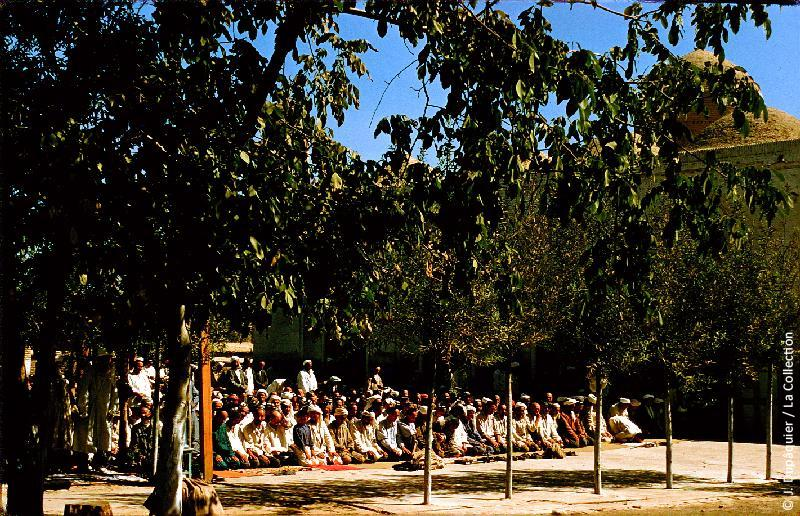 Photographie (résolution écran) : Fonds photographique Jacques Dupâquier — Voyage en URSS en 1956 — Ouzbekistan : «Tachkent-La mosquée-Prière»