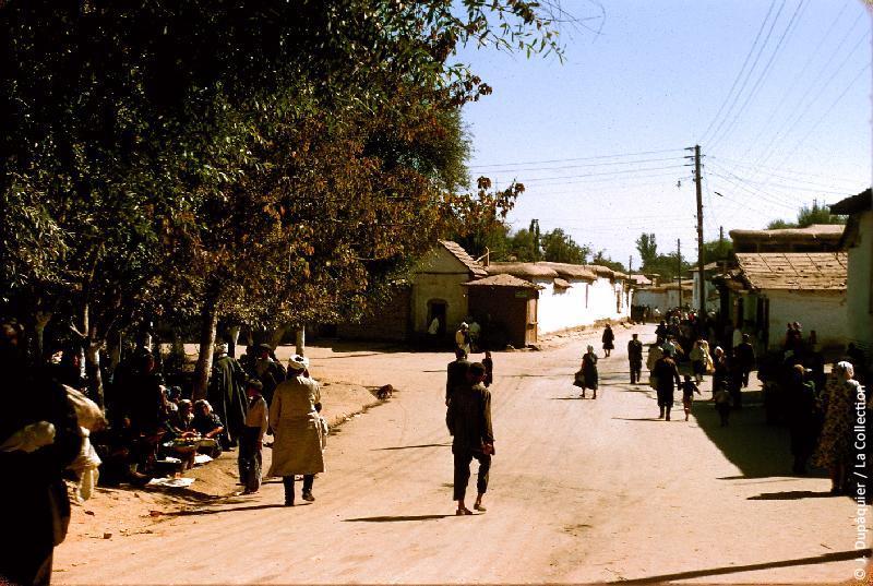 Photographie (résolution écran) : Fonds photographique Jacques Dupâquier — Voyage en URSS en 1956 — Ouzbekistan : «Tachkent-Devant la mosquée»
