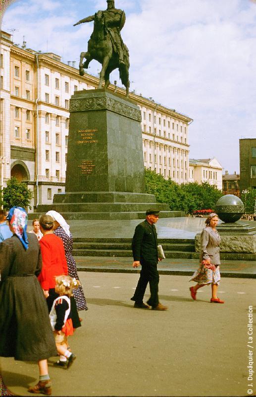Photographie (résolution écran) : Fonds photographique Jacques Dupâquier — Voyage en URSS en 1956 — Moscou : «Moscou-Place du Soviet de la ville-Statue de Youri Dolgorouki»