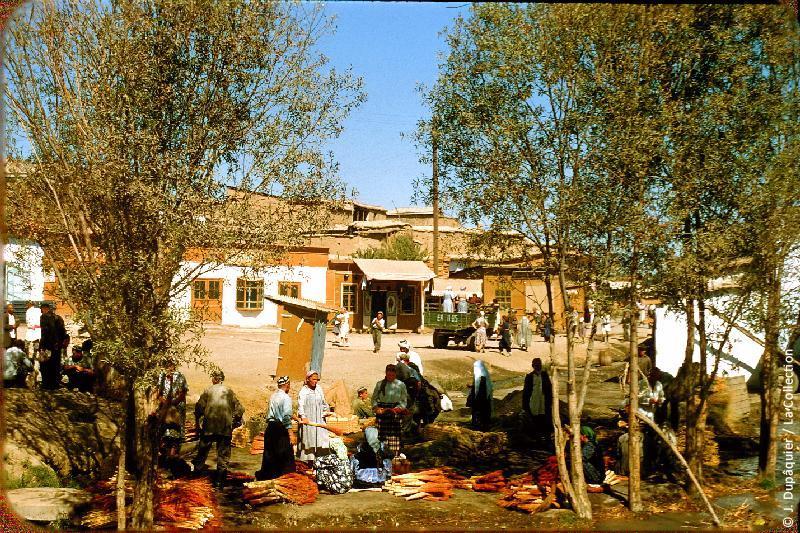 Photographie (résolution écran) : Fonds photographique Jacques Dupâquier — Voyage en URSS en 1956 — Ouzbekistan : «Tachkent-Abords du marché»