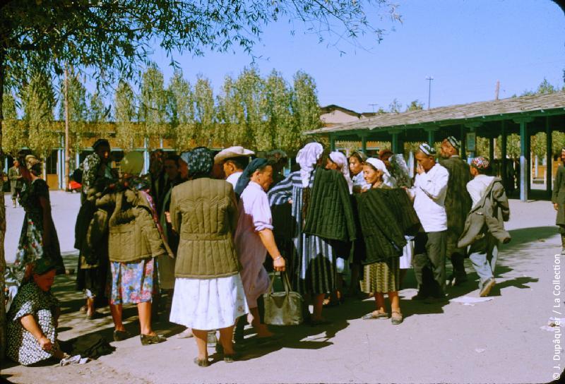 Photographie (résolution écran) : Fonds photographique Jacques Dupâquier — Voyage en URSS en 1956 — Ouzbekistan : «Tachkent-Au marché»