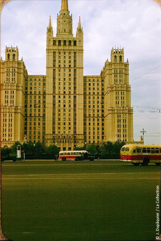 Photographie (résolution écran) : Fonds photographique Jacques Dupâquier — Voyage en URSS en 1956 — Moscou : «Moscou-Gratte-ciel (immeuble d'habitation)-Place Barrikadnaïa»