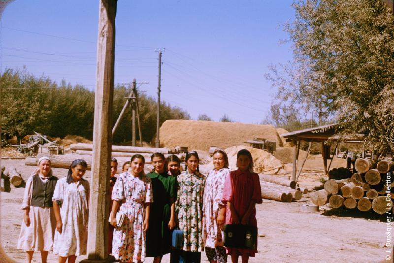 Photographie (résolution écran) : Fonds photographique Jacques Dupâquier — Voyage en URSS en 1956 — Ouzbekistan : «Jeunes kolkhoziennes au kolkhoze Staline près de Tachkent»