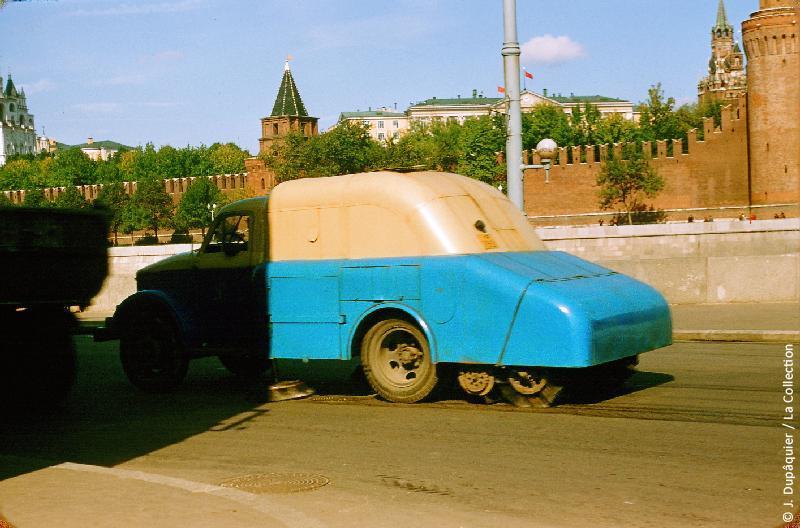 Photographie (résolution écran) : Fonds photographique Jacques Dupâquier — Voyage en URSS en 1956 — Moscou : «Moscou-Balayeuse»