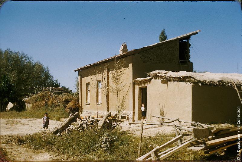 Photographie (résolution écran) : Fonds photographique Jacques Dupâquier — Voyage en URSS en 1956 — Ouzbekistan : «Maison paysanne au kolkhoze Staline près de Tachkent»