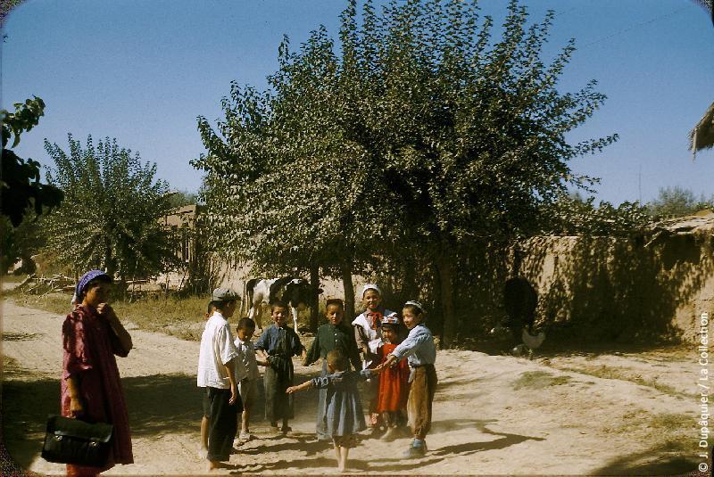 Photographie (résolution écran) : Fonds photographique Jacques Dupâquier — Voyage en URSS en 1956 — Ouzbekistan : «Enfants au kolkhoze Staline près de Tachkent»