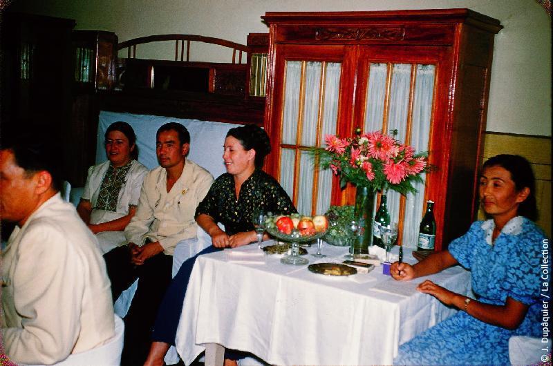 Photographie (résolution écran) : Fonds photographique Jacques Dupâquier — Voyage en URSS en 1956 — Ouzbekistan : «Visite d'une école par la délégation France-URSS»