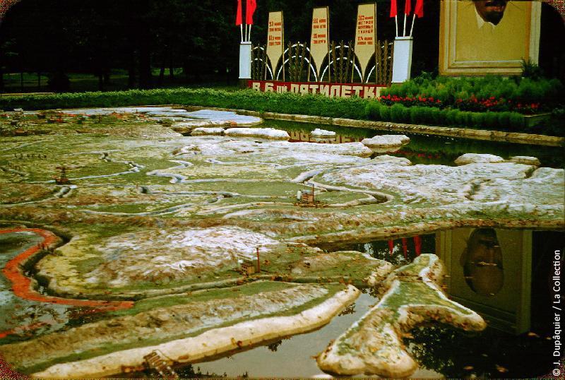 Photographie (résolution écran) : Fonds photographique Jacques Dupâquier — Voyage en URSS en 1956 — Leningrad : «Leningrad-Parc de la culture-Carte géante en relief de l'URSS»
