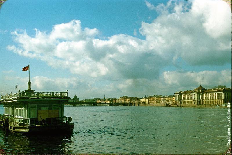 Photographie (résolution écran) : Fonds photographique Jacques Dupâquier — Voyage en URSS en 1956 — Leningrad : «Leningrad-La Neva»
