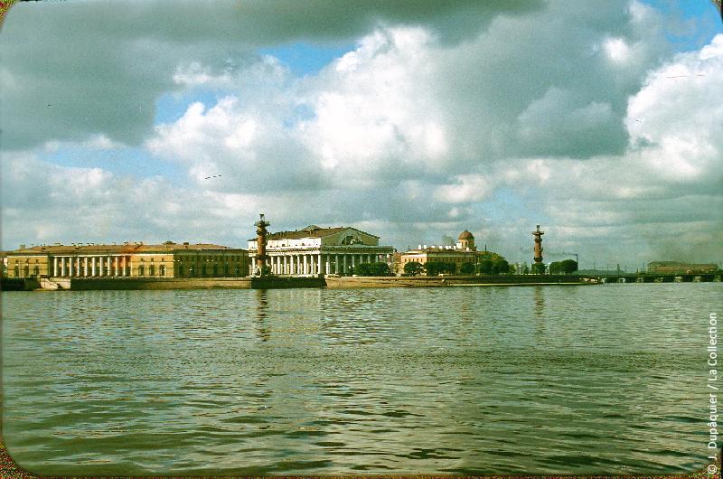 Photographie (résolution écran) : Fonds photographique Jacques Dupâquier — Voyage en URSS en 1956 — Leningrad : «Leningrad-La Neva-Vue sur l'île Vassilievski, les colonnes rostrales et le musée de la Marine»