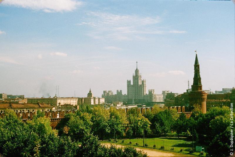 Photographie (résolution écran) : Fonds photographique Jacques Dupâquier — Voyage en URSS en 1956 — Moscou : «Moscou-Vue depuis le Kremlin sur le gratte-ciel d'habitation de la berge Kotelnitcheskaïa»