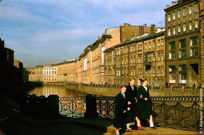 Photographie (résolution écran) : Fonds photographique Jacques Dupâquier — Voyage en URSS en 1956 — Leningrad : «Leningrad-Canal Moïka-Vue prise du trottoir de la perspective Nevski»
