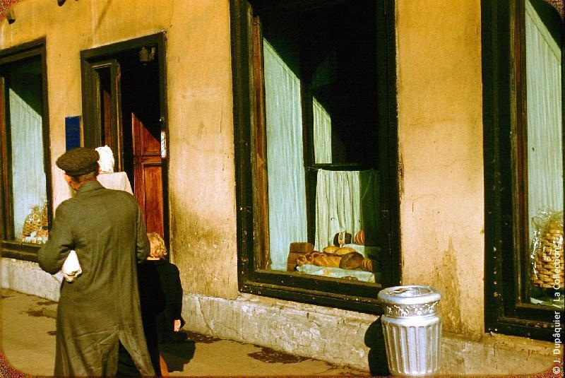 Photographie (résolution écran) : Fonds photographique Jacques Dupâquier — Voyage en URSS en 1956 — Leningrad : «Leningrad-Boutique sur la Perspective Nevski»