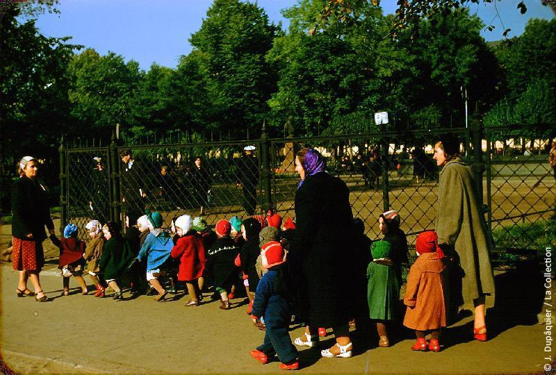 Photographie (résolution écran) : Fonds photographique Jacques Dupâquier — Voyage en URSS en 1956 — Leningrad : «Leningrad-Classe de maternelle en promenade devant l'Amirauté»