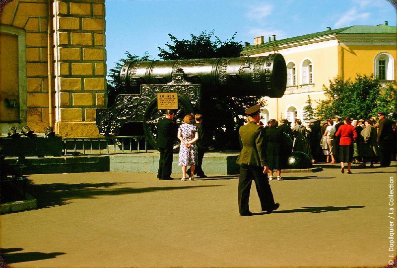 """Photographie (résolution écran) : Fonds photographique Jacques Dupâquier — Voyage en URSS en 1956 — Moscou : «Moscou-Le Tsar Canon (""""Tsar Pouchka"""") du Kremlin»"""