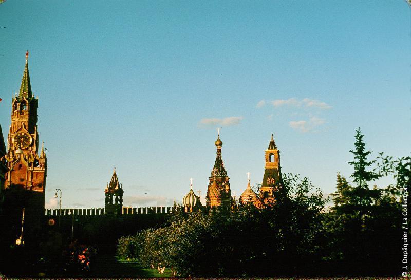 Photographie (résolution écran) : Fonds photographique Jacques Dupâquier — Voyage en URSS en 1956 — Moscou : «Moscou-Le soir au Kremlin»