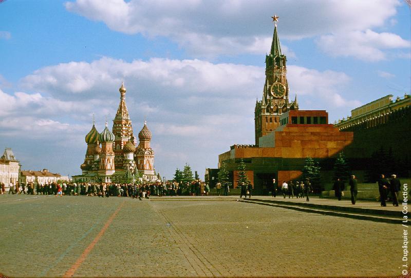 Photographie (résolution écran) : Fonds photographique Jacques Dupâquier — Voyage en URSS en 1956 — Moscou : «Moscou-La Place Rouge-Le Mausolée Lénine et la Cathédrale Saint-Basile-le-Bienheureux»