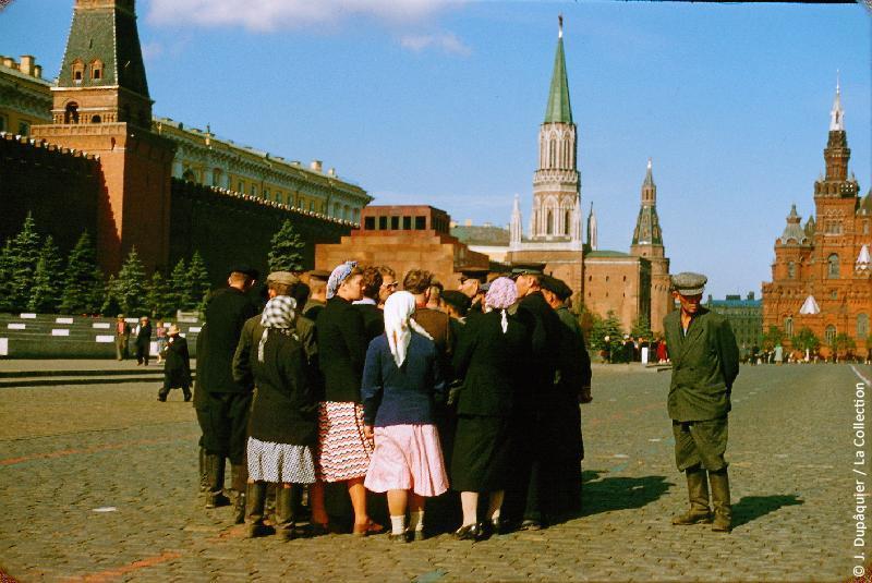 Photographie (résolution écran) : Fonds photographique Jacques Dupâquier — Voyage en URSS en 1956 — Moscou : «Moscou-Provinciaux sur la Place Rouge»