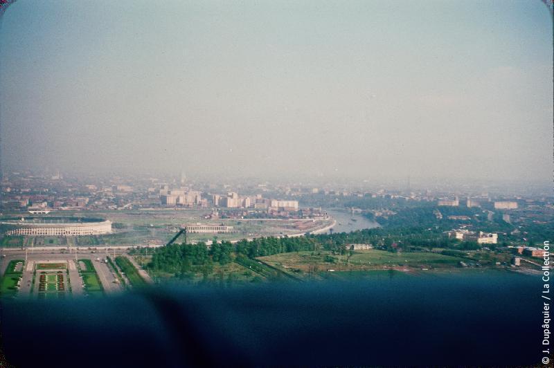 Photographie (résolution écran) : Fonds photographique Jacques Dupâquier — Voyage en URSS en 1956 — Moscou : «Moscou-Vue depuis l'Université sur la Moskova et le stade»