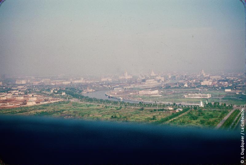 Photographie (résolution écran) : Fonds photographique Jacques Dupâquier — Voyage en URSS en 1956 — Moscou : «Moscou-Vue depuis l'Université sur la Moskova»
