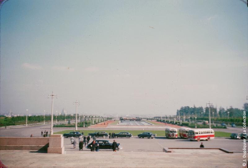 Photographie (résolution écran) : Fonds photographique Jacques Dupâquier — Voyage en URSS en 1956 — Moscou : «Moscou-Esplanade de l'Université»