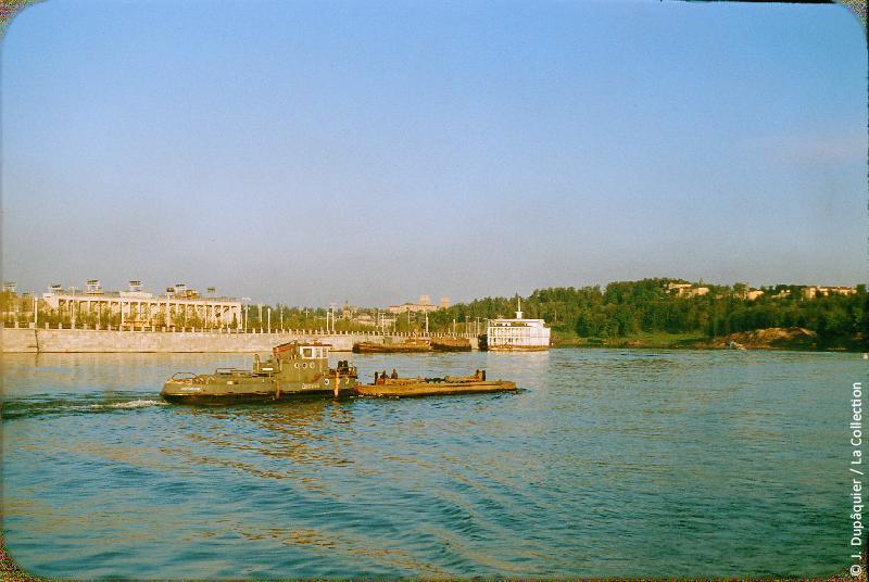Photographie (résolution écran) : Fonds photographique Jacques Dupâquier — Voyage en URSS en 1956 — Moscou : «Moscou-La Moskova en face du stade»