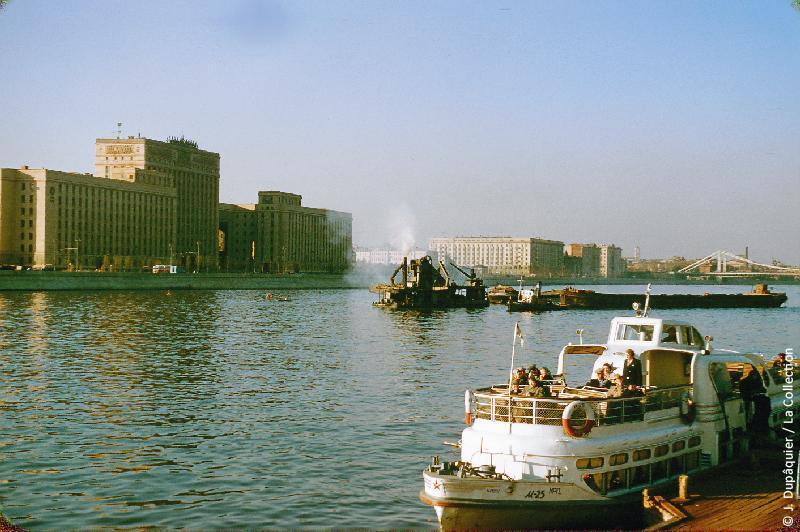 Photographie (résolution écran) : Fonds photographique Jacques Dupâquier — Voyage en URSS en 1956 — Moscou : «Moscou-La Moskova en face du Parc Gorki»