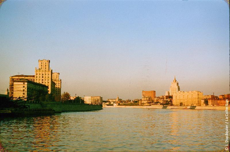 Photographie (résolution écran) : Fonds photographique Jacques Dupâquier — Voyage en URSS en 1956 — Moscou : «Moscou-La Moskova prés de la Gare de Kiev»