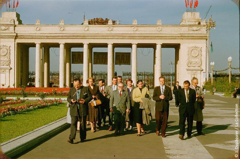 Photographie (résolution écran) : Fonds photographique Jacques Dupâquier — Voyage en URSS en 1956 — Moscou : «Moscou-Entrée du Parc Gorki-Délégation France-URSS»