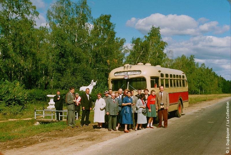 Photographie (résolution écran) : Fonds photographique Jacques Dupâquier — Voyage en URSS en 1956 — Moscou : «Sur la route de Iasnaïa Poliana»