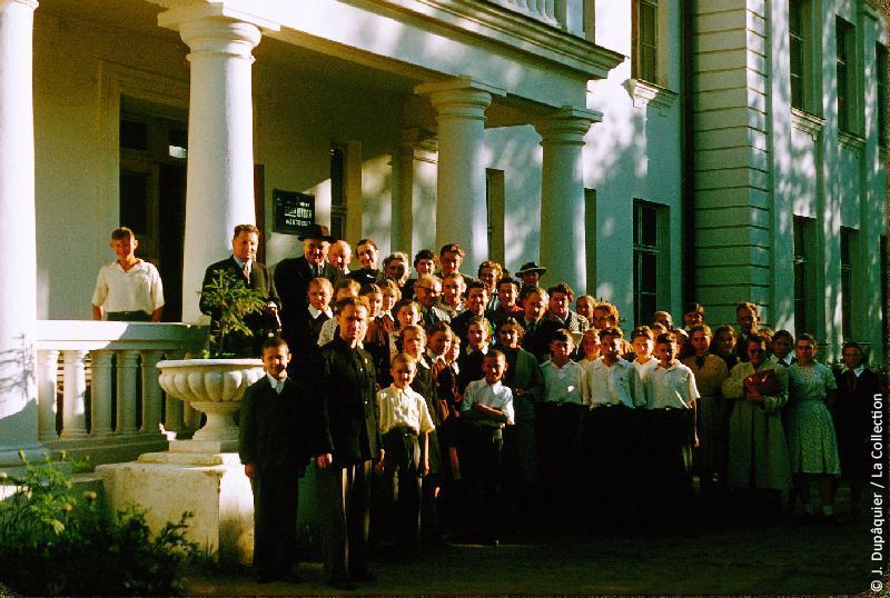 Photographie (résolution écran) : Fonds photographique Jacques Dupâquier — Voyage en URSS en 1956 — Moscou : «A Iasnaïa Poliana»