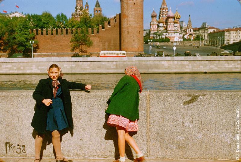 Photographie (résolution écran) : Fonds photographique Jacques Dupâquier — Voyage en URSS en 1956 — Moscou : «Moscou-Petites filles sur le quai de la Moskova»
