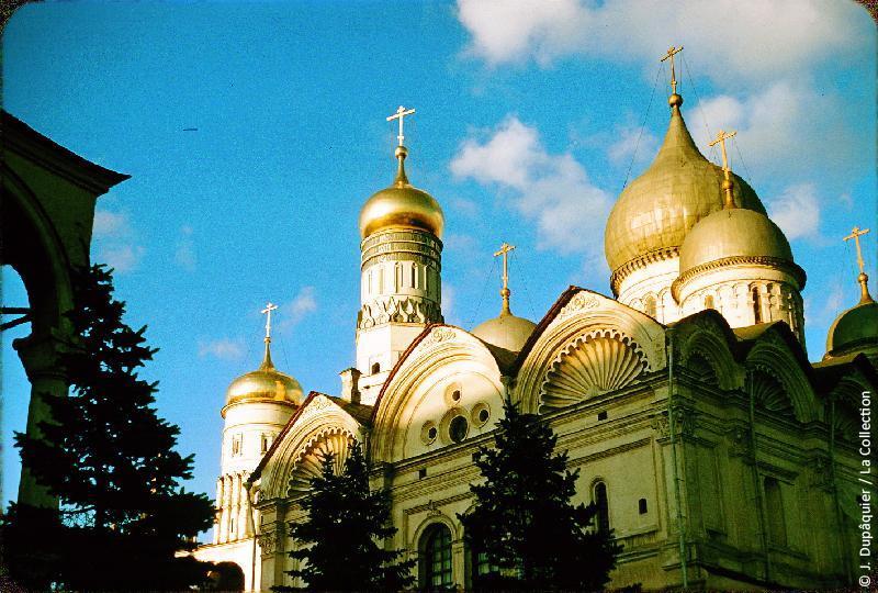 Photographie (résolution écran) : Fonds photographique Jacques Dupâquier — Voyage en URSS en 1956 — Moscou : «Moscou-Cathédrale de l'Archange Saint-Michel (premier plan) et Clocher d'Ivan le Grand (arrière-plan)»