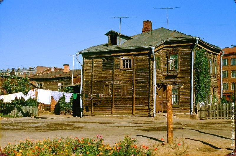 Photographie (résolution écran) : Fonds photographique Jacques Dupâquier — Voyage en URSS en 1956 — Moscou : «Moscou-Maison des faubourgs de Moscou»